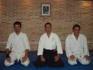 Nuestro instructor de Aikido, junto a dos de nuestros alumnos