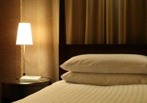 Sábanas en la cama de un hotel